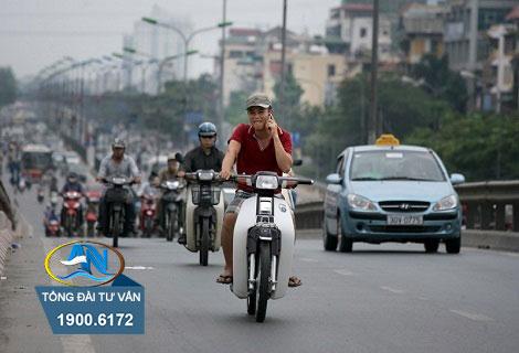 Người ngồi sau xe máy