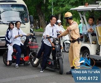 xe máy điện không đội mũ bảo hiểm