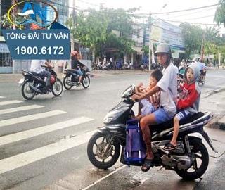lái xe máy chở 02 trẻ em dưới 14 tuổi