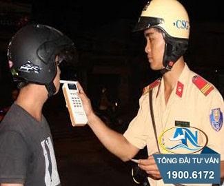 Điều khiển xe máy chở người quá quy định