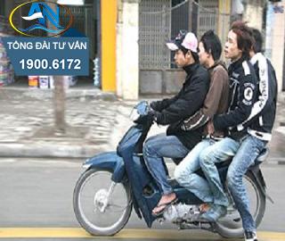 Điều khiển xe máy chở ba người ngồi sau xe