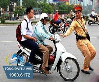 Chở người ngồi sau không đội mũ bảo hiểm