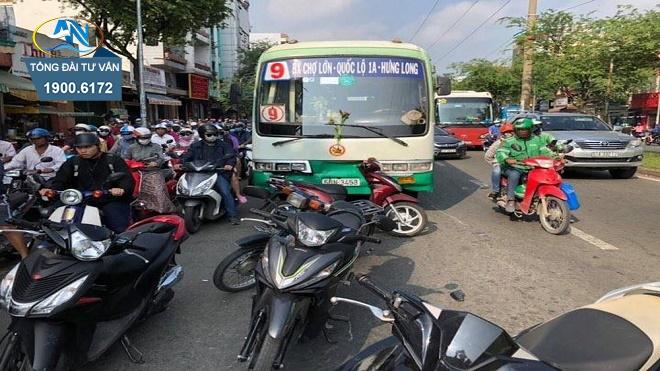 xe máy dừng xe tại nơi đón trả khách