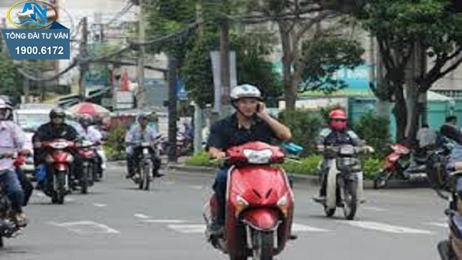 17 tuổi điều khiển xe máy sử dụng điện thoại