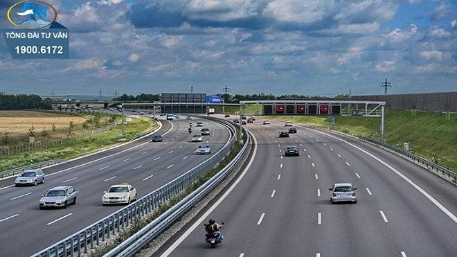 ô tô chạy vào phần lề đường của đường cao tốc