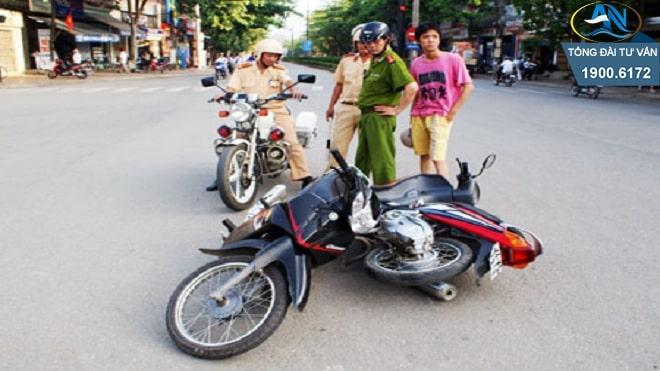 xe máy lạng lách đánh võng gây tai nạn