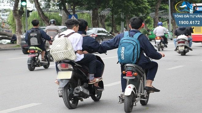 chưa đủ tuổi điều khiển xe máy