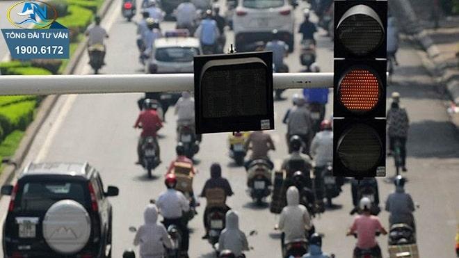 15 tuổi điều khiển xe máy vượt đèn đỏ