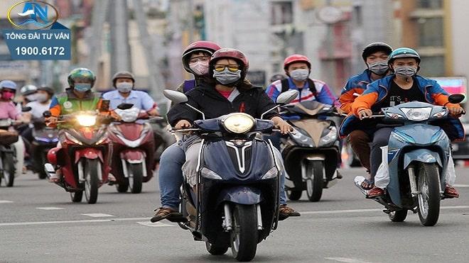 Điều khiển xe máy để chân chống quệt xuống đường