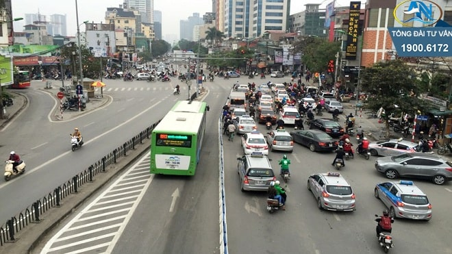xe máy đi vào làn xe bus nhanh BRT