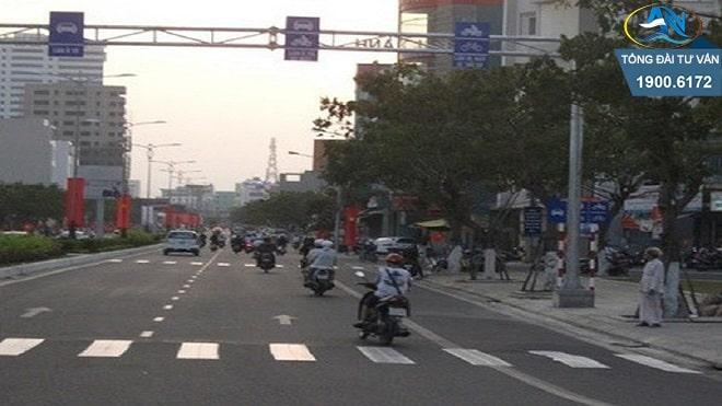 điều khiển xe máy đi sai làn đường