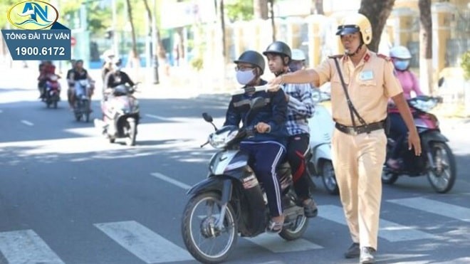 thay người điều khiển khi xe máy đang chạy