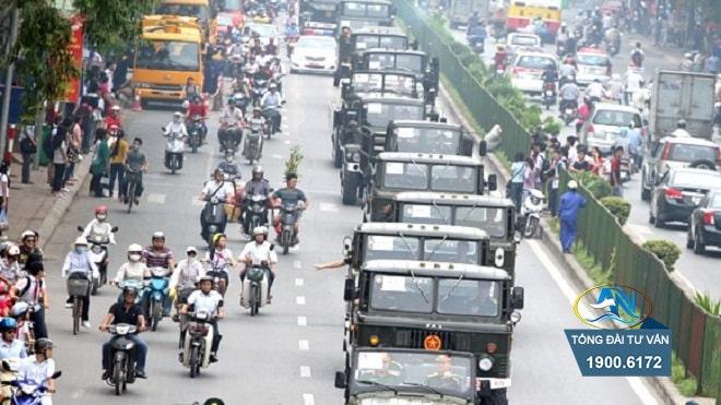 không nhường đường cho xe quân sự