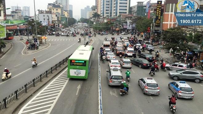 ô tô 7 chỗ đi vào làn BRT
